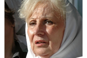 Enriqueta Estela Barnes de Carlotto usando o pañuelo, marca distintiva das Madres e símbolo de sua luta.